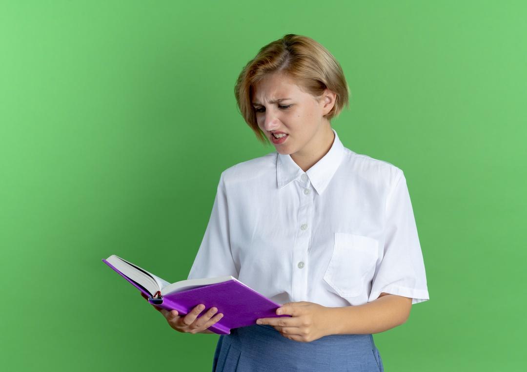 Leitora confusa com um livro na mão